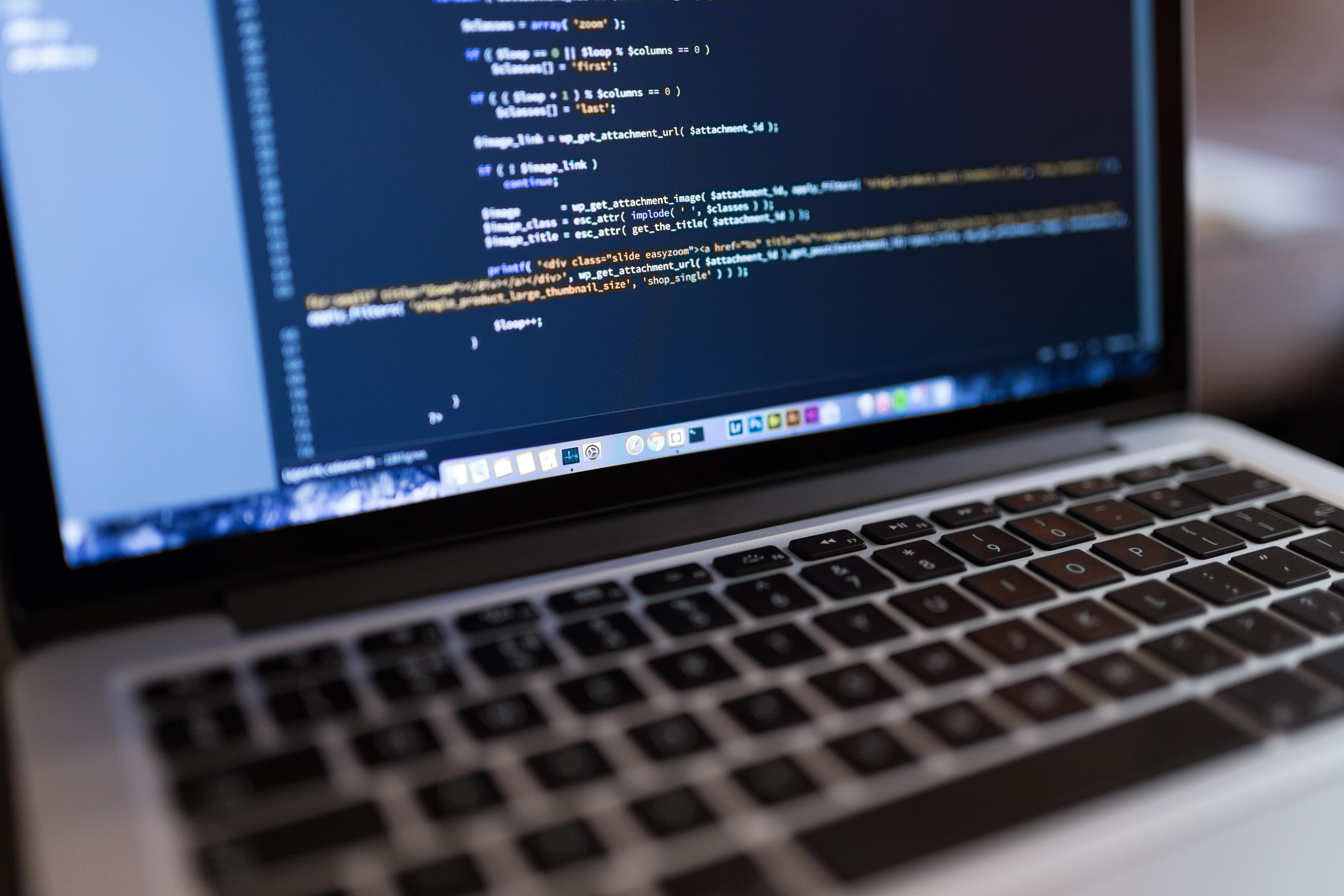 Laptop zeigt Code